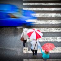 歩行者がいるのに止まらない日本の車